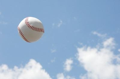 青空に野球ボール